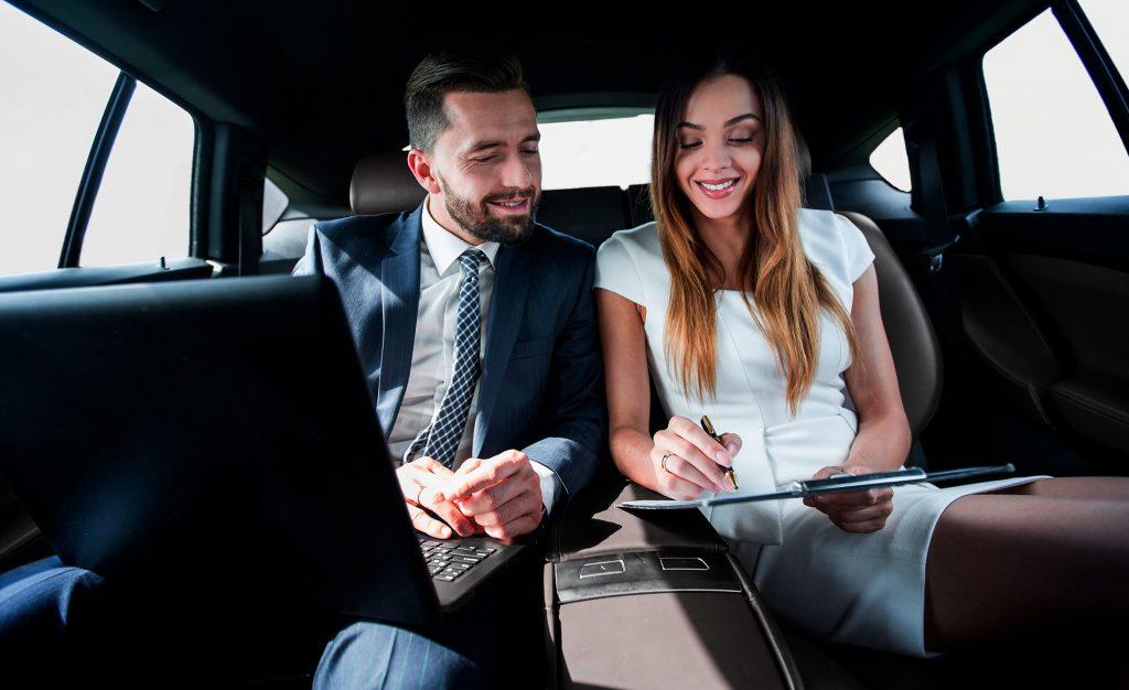 alquiler-de-vehículos-de-lujo-con-conductor-en-madrid-pareja-con-portatil