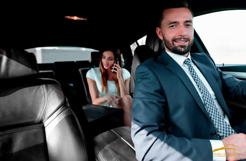 alquiler-de-coches-con-chofer-conductor-con-cliente-mujer