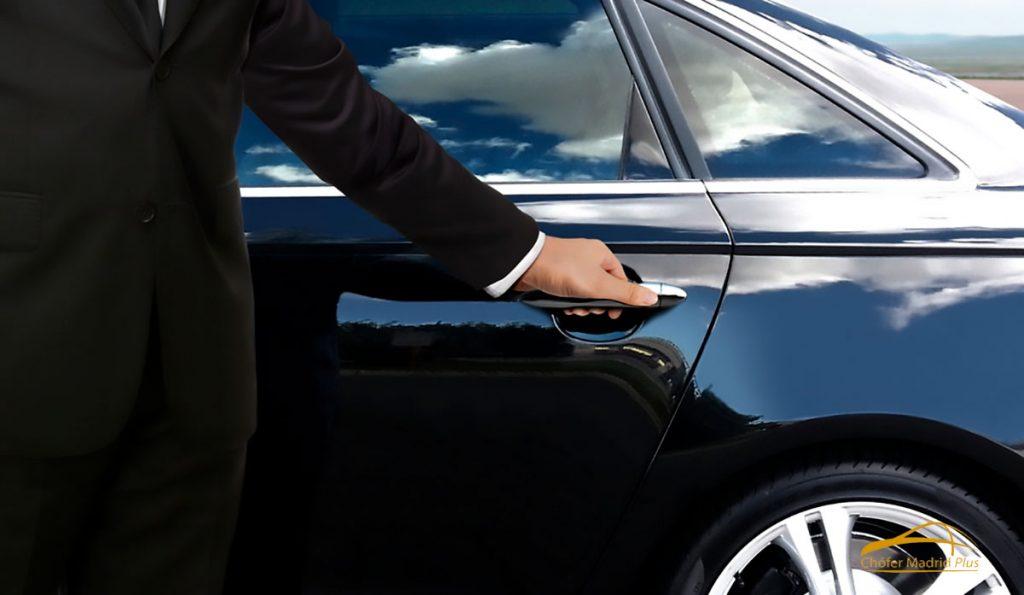 alquiler-de-coches-con-chofer-conductor-open-door