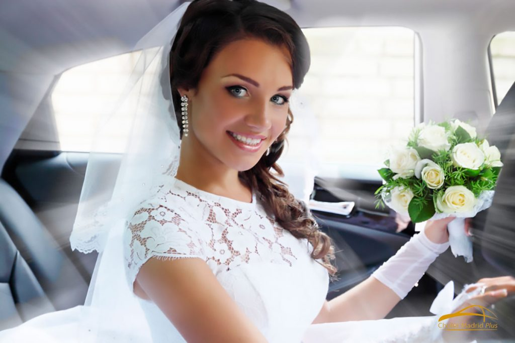 coche-con-chofer-para-boda-madrid-novia-mirando-a-camara