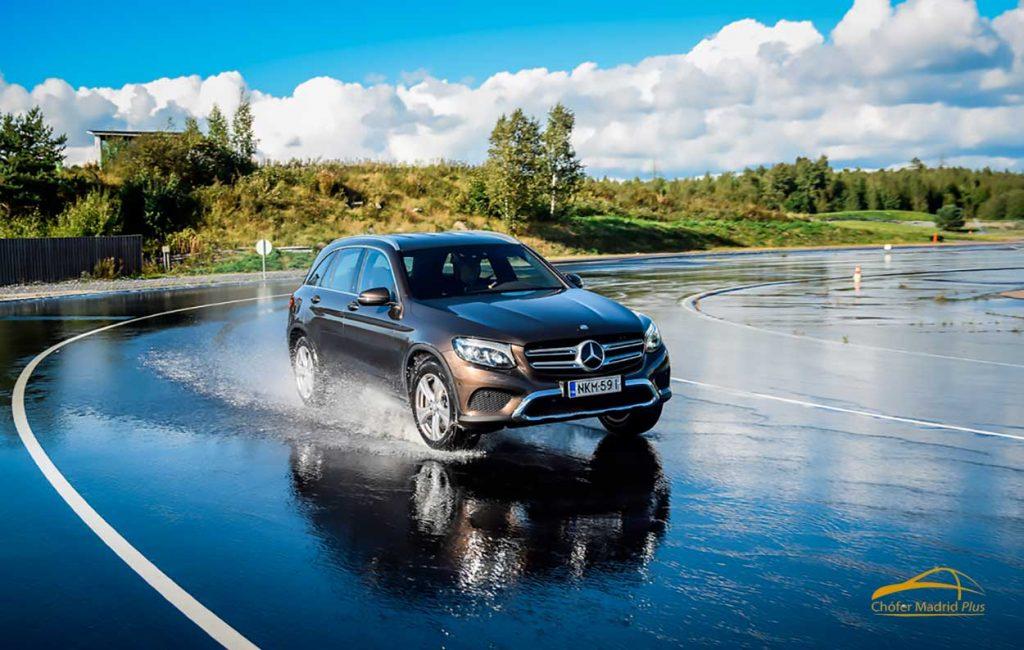 seguridad al volante en coches con conductor agua peligrosa
