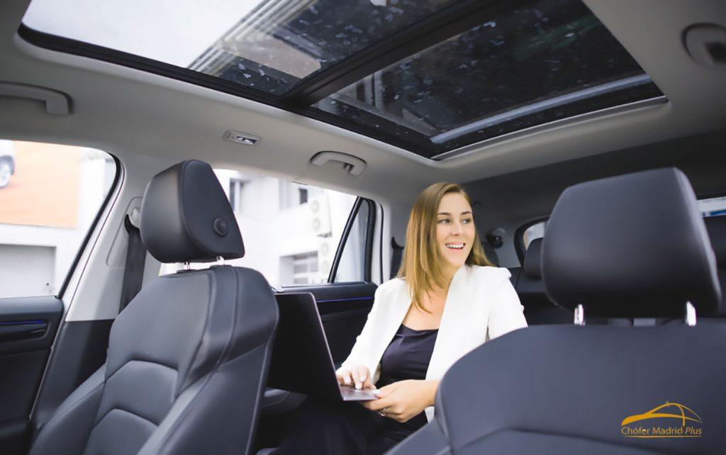 Pasajera alquilando un vehículo con conductor